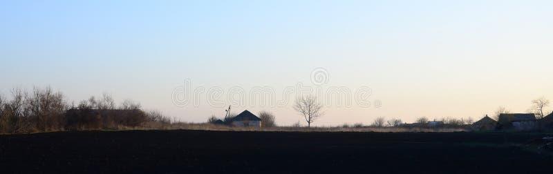 Dawn in het dorp Een minimalistic foto met een horizonlijn  royalty-vrije stock foto
