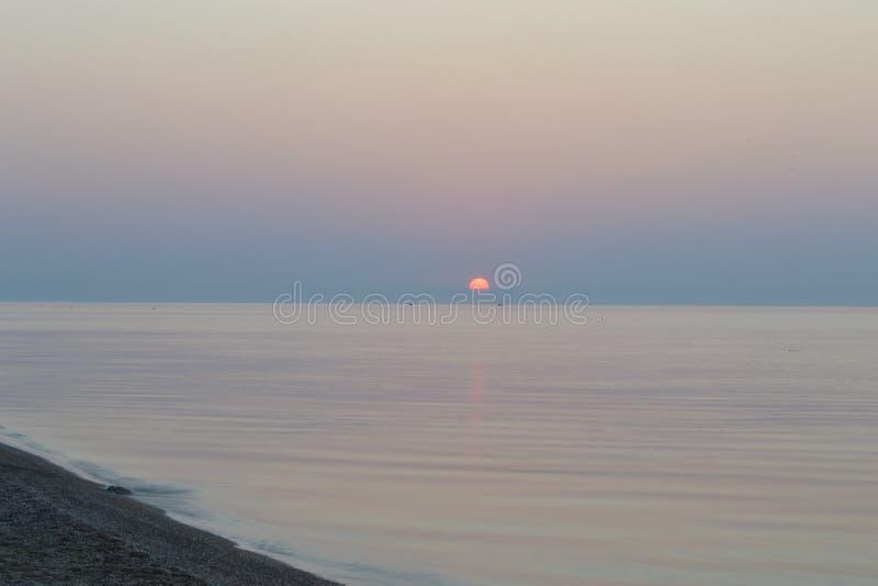 Dawn in het overzees stock afbeelding
