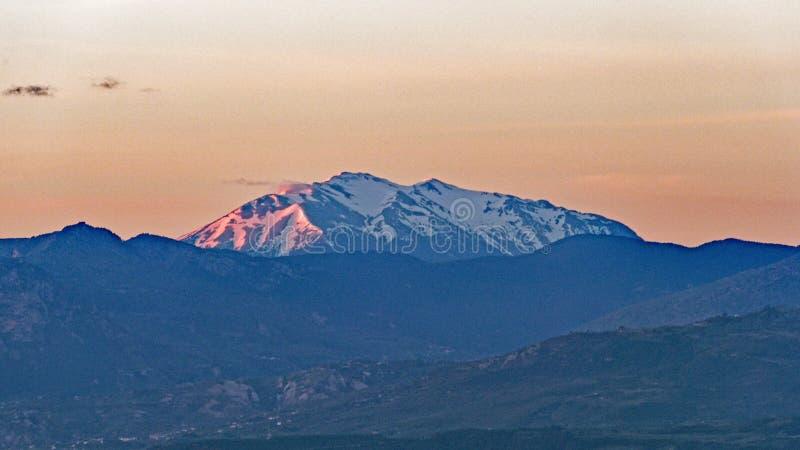 Dawn Light sur les montagnes de Péloponnèse couvertes par neige fraîche, Grèce photo stock