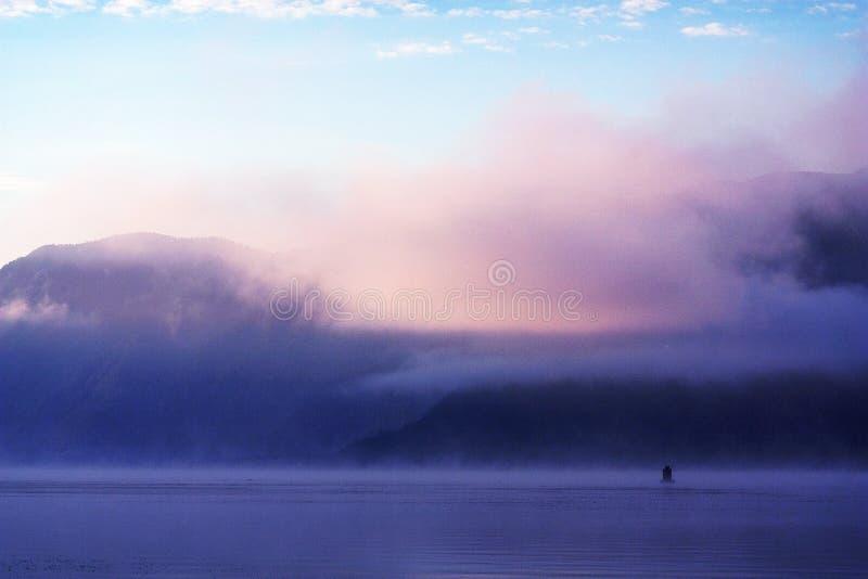 Dawn mist op Meer Teletskoye stock foto's