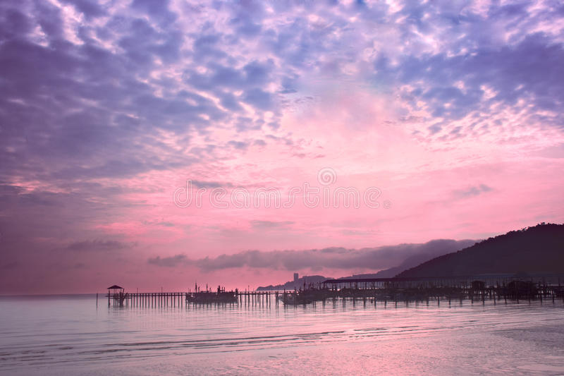 Download Dawn Op De Kust Van Het Eiland Penang, Maleisië Stock Afbeelding - Afbeelding bestaande uit wolk, boom: 29507373