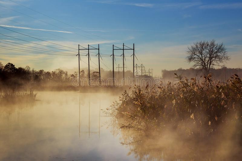 Dawn op de rivier stock foto