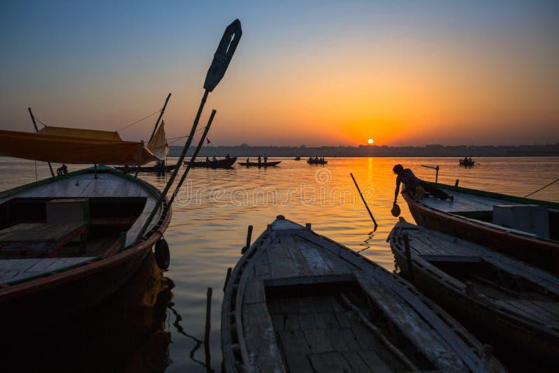 Download Dawn Op De Rivier Van Ganges, Met De Silhouetten Van Boten Met Pelgrims Redactionele Fotografie - Afbeelding bestaande uit bedevaart, bank: 114225227