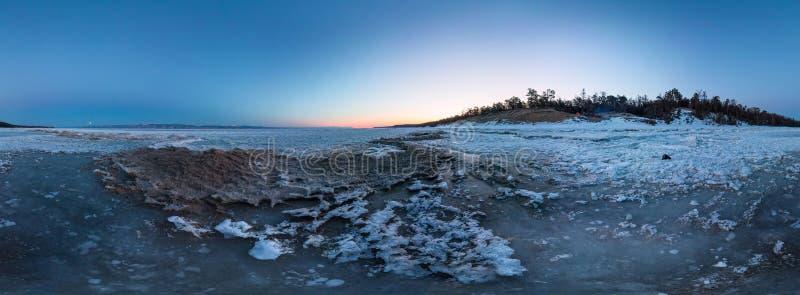 Dawn op een zandig strand op het Eiland Olkhon cilindrisch 360 graad vr panorama stock foto's