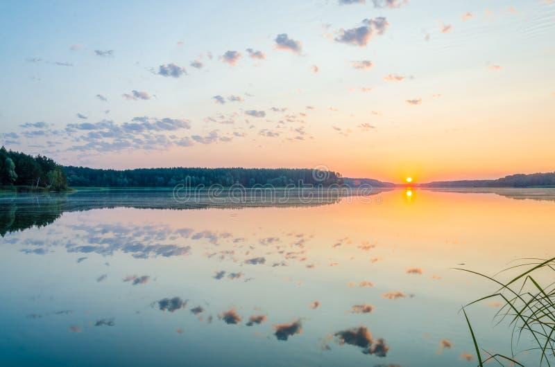 Dawn op het meer stock foto's