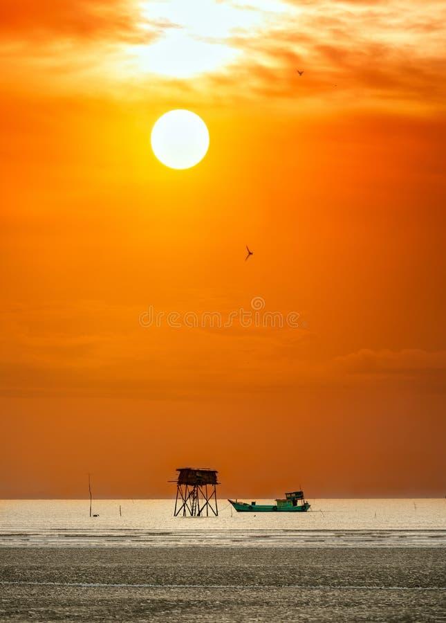 Dawn op het strand met een wachthuisje stock afbeeldingen