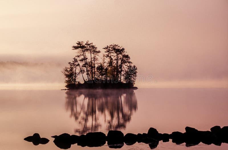 Dawn op klein eiland royalty-vrije stock afbeelding