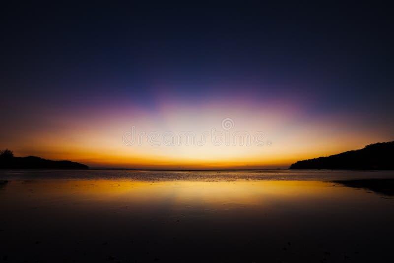 Dawn over de tropische oceaan stock foto