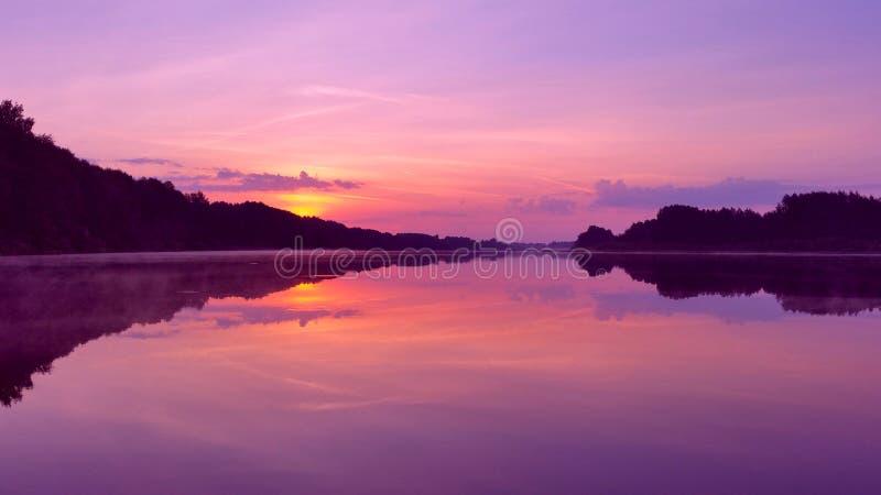 Dawn over het meer stock fotografie