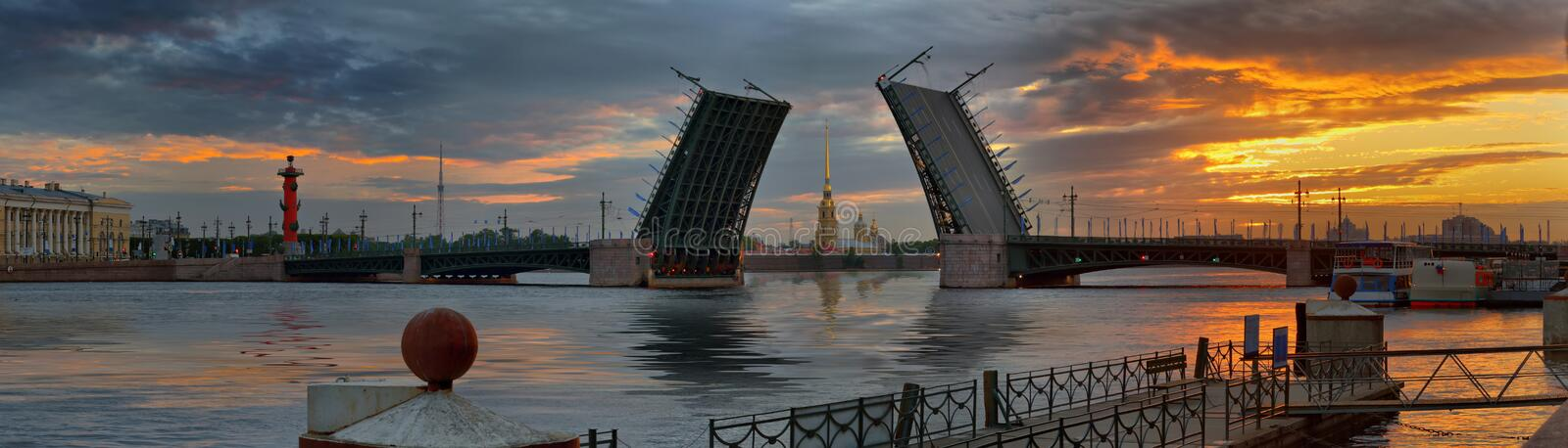Dawn over Neva en bruggen in St. Petersburg stock fotografie
