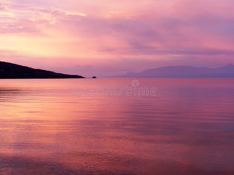 Dawn Overlooking colorida una bahía del golfo de Corinto, Grecia fotos de archivo libres de regalías