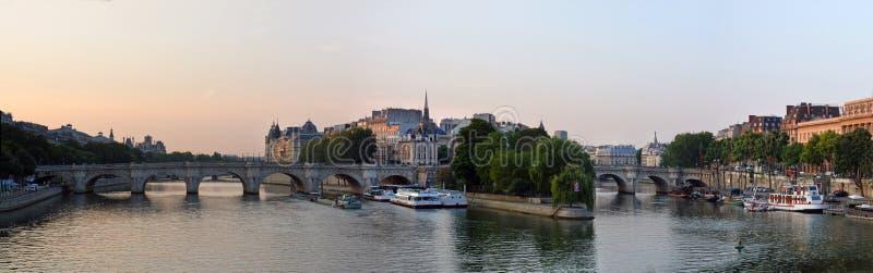Dawn Panorama Ile de Λα Cite & του ποταμού του Σηκουάνα, Παρίσι Fra στοκ εικόνα με δικαίωμα ελεύθερης χρήσης
