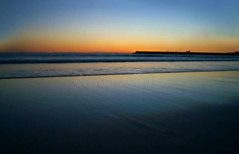dawn plażowy znaleźć odzwierciedlenie niebieski jasnego nieba wody zdjęcia stock