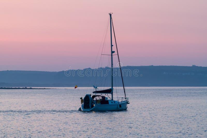 Dawn Sailing von Porthcawl-Hafen stockfoto