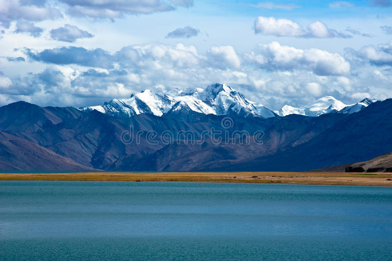 Dawn Tso Moriri στη λίμνη. Βουνά του Ιμαλαίαυ. Ινδία στοκ φωτογραφία