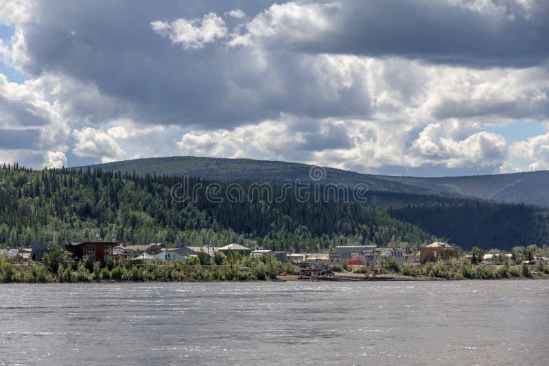 Dawson City da área de espera da balsa através do Rio Yukon, Canadá fotografia de stock royalty free