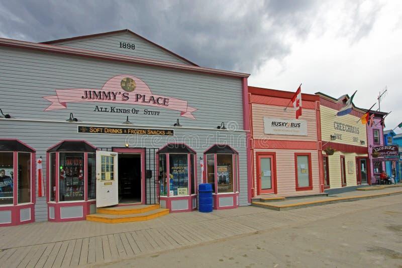 DAWSON miasto, YUKON, KANADA, CZERWIEC 24 2014: Historyczni budynki i typowi tradycyjni drewniani domy w głównej ulicie wewnątrz obraz stock