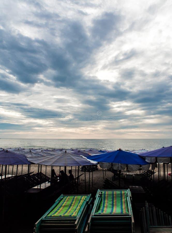 Daybed colorido da lona sob o guarda-chuva de praia fotografia de stock royalty free