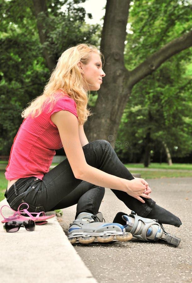 Daydream - mulher que relaxa no parque imagem de stock