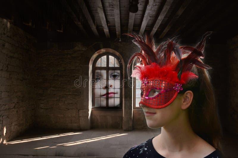 Daydreaming, замаскированная девушка в преследовать особняке стоковая фотография