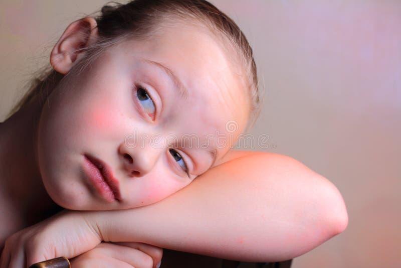 Daydreaming маленькая девочка стоковая фотография
