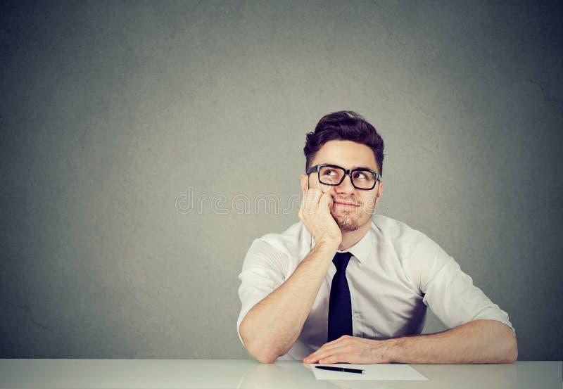Daydreaming работник офиса в офисе стоковая фотография
