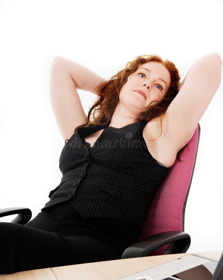Daydreaming di seduta della ragazza di Beutyful fotografia stock libera da diritti