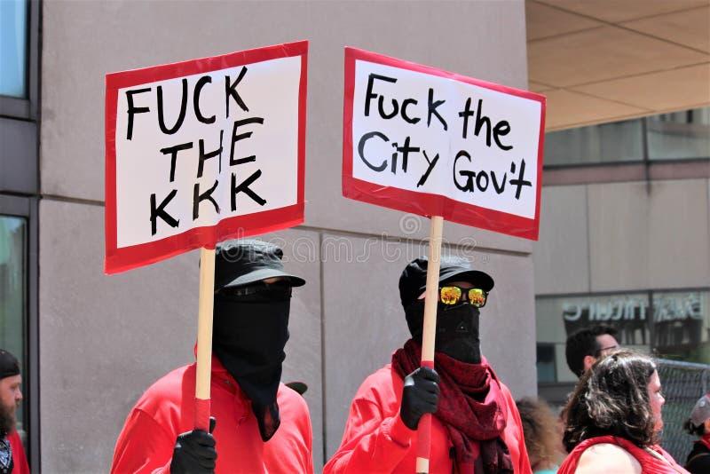 Dayton, OH/Соединенные Штаты - 25-ое мая 2019: 600 протестующих вновь собираются против членов сообщенных 9 KKK стоковое изображение rf
