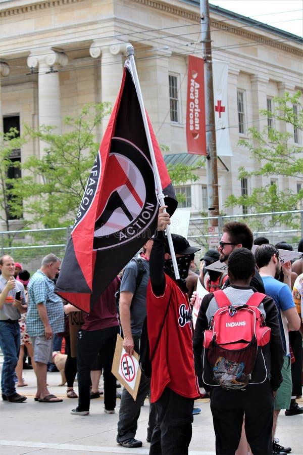 Dayton, OH/Estados Unidos - 25 de mayo de 2019: 600 protestors se re?nen contra miembros divulgados 9 de un KKK fotos de archivo libres de regalías