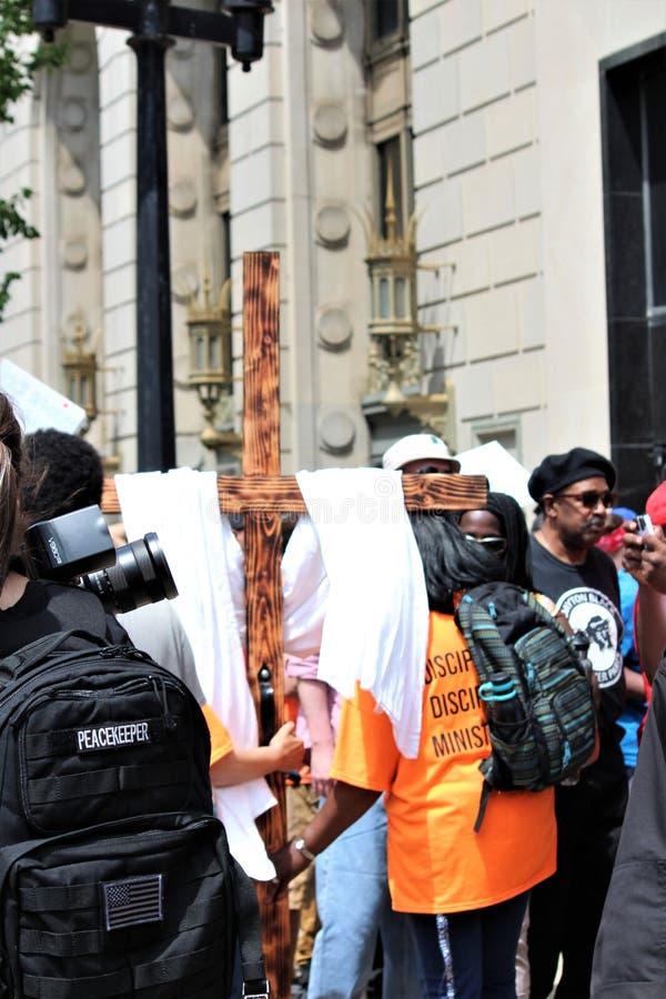Dayton, OH/Etats-Unis - 25 mai 2019 : 600 protestateurs se rassemblent contre les 9 membres rapport?s d'un KKK image stock