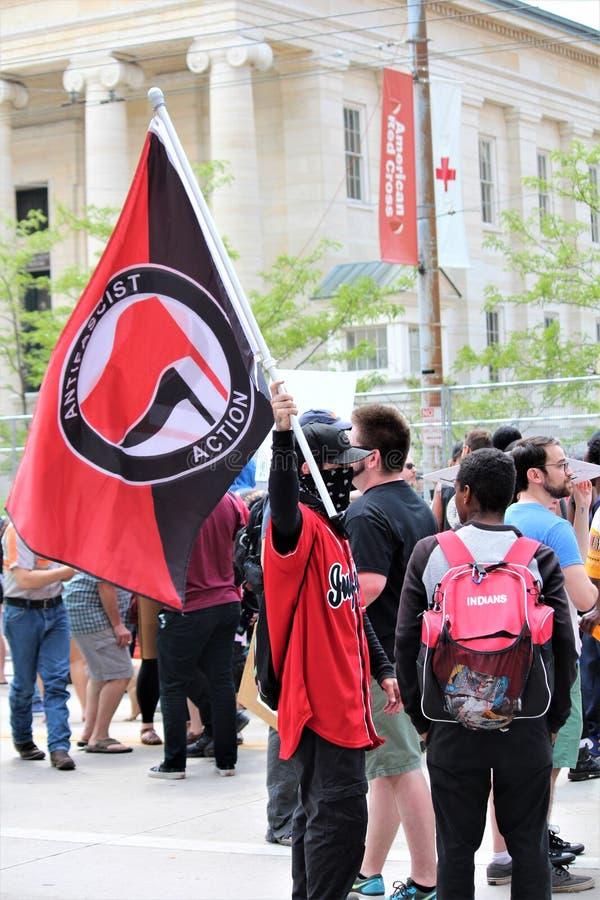 Dayton, OH/Etats-Unis - 25 mai 2019 : 600 protestateurs se rassemblent contre les 9 membres rapport?s d'un KKK images stock