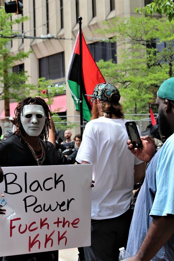 Dayton OH, Stany Zjednoczone, Maj,/- 25 2019: 600 protestors zbieraj? przeciw KKK donosz?cym 9 cz?onkom fotografia royalty free