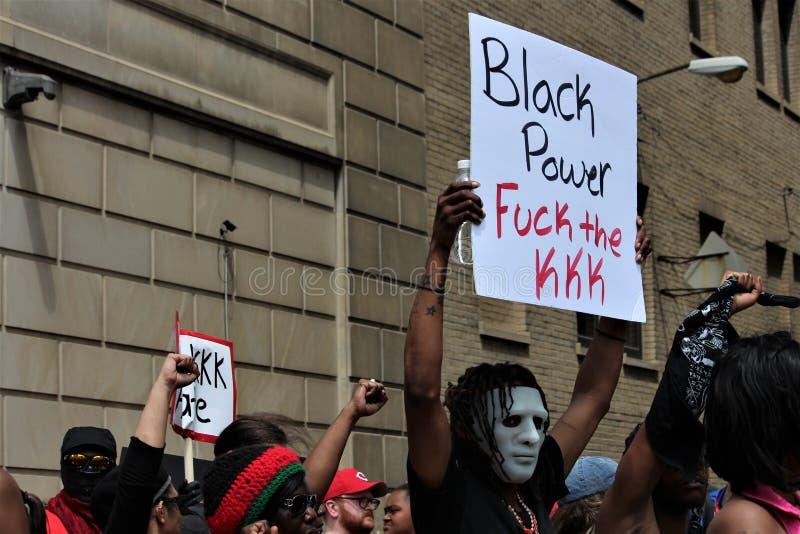 Dayton, OH/Stati Uniti - 25 maggio 2019: 600 protestatari si radunano contro membri riferiti i 9 di un KKK fotografia stock