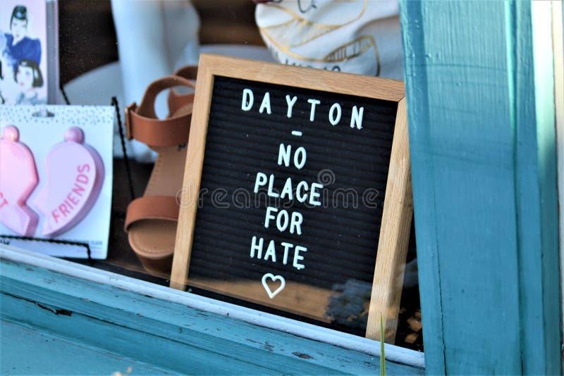 Dayton Ohio/Förenta staterna - Augusti 7 2019: Undertecknar i det Oregon området efter en massskytte arkivfoto