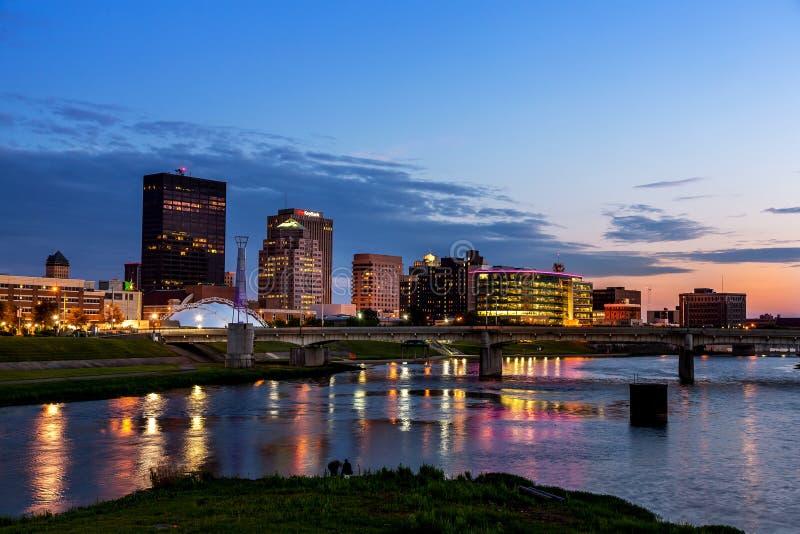 Dayton Ohio horisont på solnedgången royaltyfria bilder