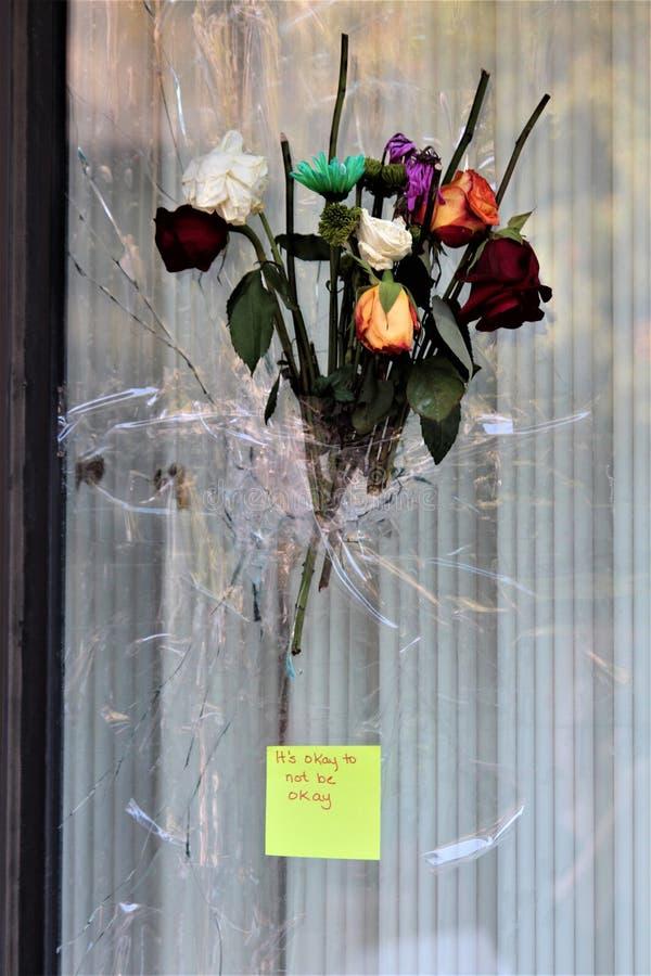 Dayton, Ohio/Vereinigte Staaten - 7. August 2019: Ein Blumenstrauß umfasst ein Einschussloch lizenzfreie stockfotos