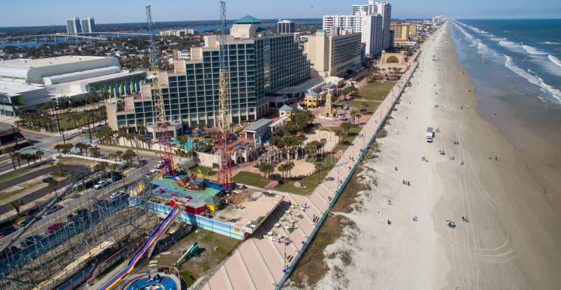 DAYTONA BEACH, FL - FEBRERO DE 2016: Horizonte de la antena de la ciudad y de la playa fotografía de archivo