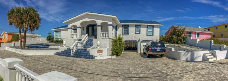 DAYTONA BEACH, FL - FEBRUARI 17, 2016: Mooie huizen langs royalty-vrije stock fotografie