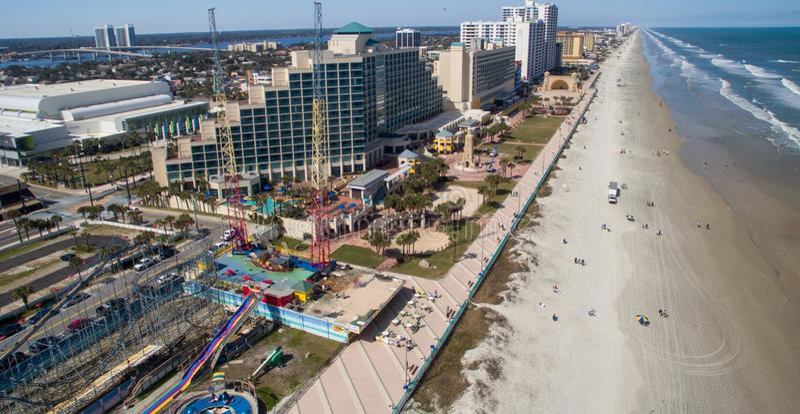 DAYTONA BEACH, FL - FEBRUARI 2016: Stad en strand luchthorizon stock fotografie