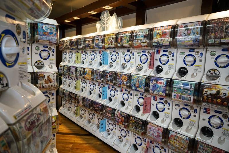 Dazaifu, Japón - 14 de mayo de 2017: Las filas de las máquinas de Gashapon, máquina expendedora popular dispensaron los juguetes  imagen de archivo libre de regalías