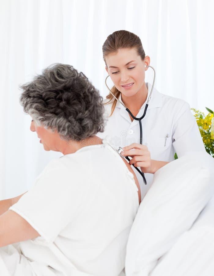 dba cierpliwego pielęgniarki jej zabranie zdjęcie royalty free