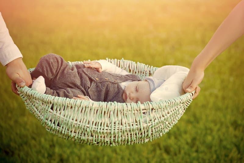 dba dziecka ręk macierzystego obsiadanie Wygoda, relaksuje, spokój zdjęcie stock