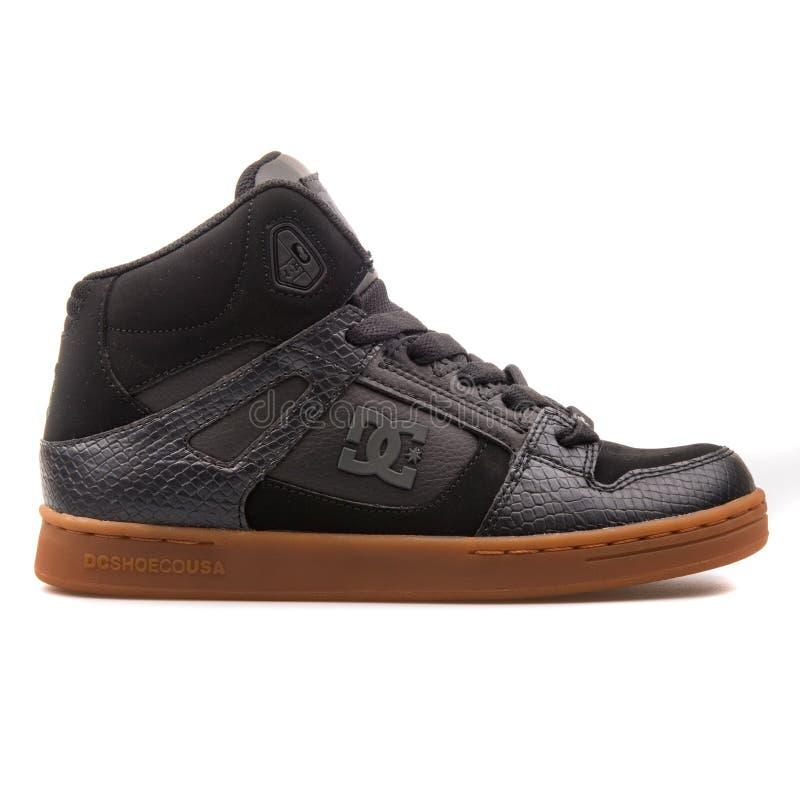 DC反弹SE在白色的黑色运动鞋 免版税库存图片