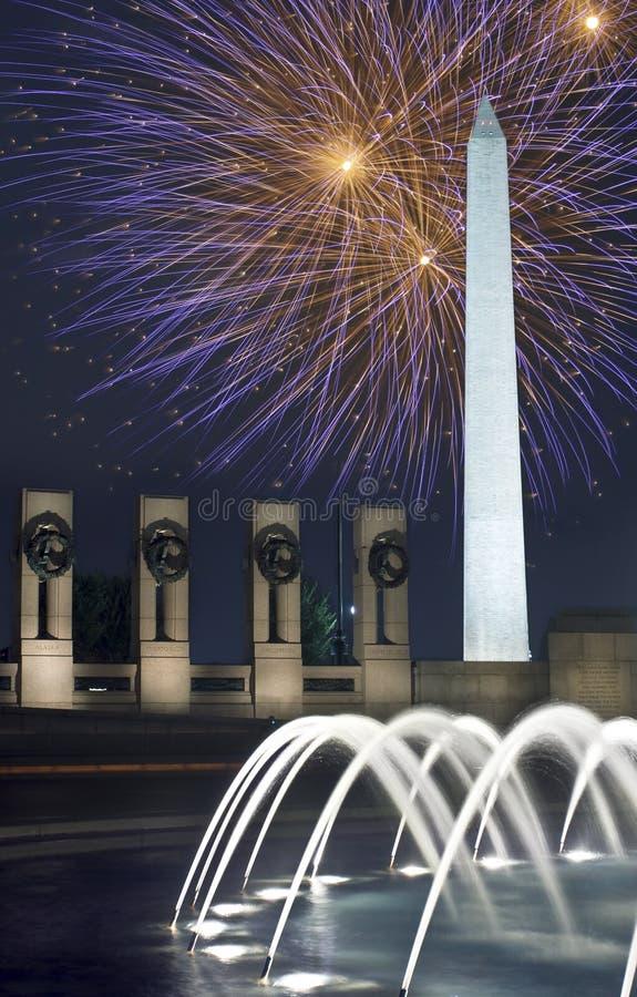 dc烟花在华盛顿的纪念碑晚上 库存图片