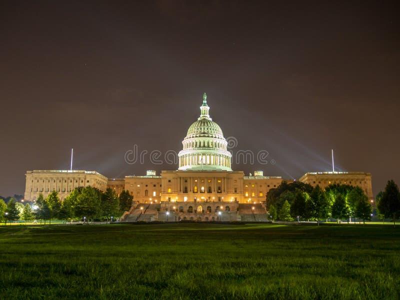 DC Вашингтона, округ Колумбия [здание капитолия Соединенных Штатов США, взгляд ночи со светами над отражая прудом, стоковое фото rf