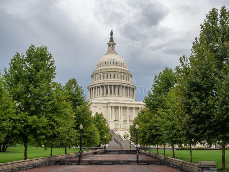 DC Вашингтона, округ Колумбия [здание капитолия Соединенных Штатов США, тенистая пасмурная погода перед идти дождь, faling сумрак стоковые фото