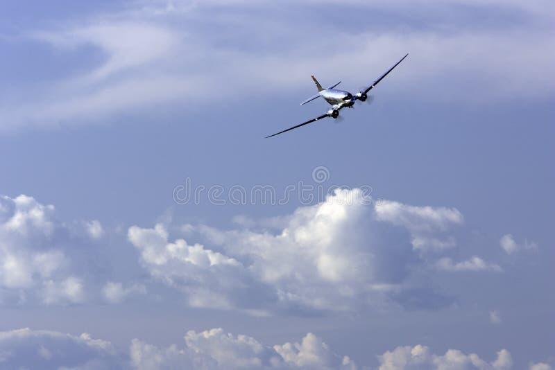 Download DC-6B redaktionell fotografering för bildbyråer. Bild av landningsbana - 37345754