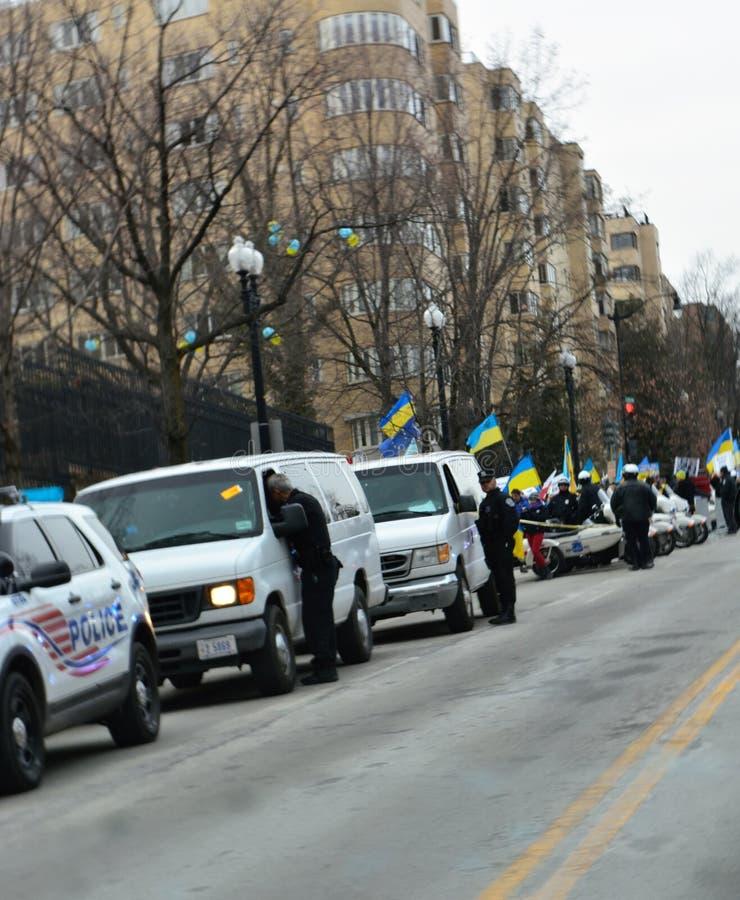 DC-Polizei bei Ukraine protestiert lizenzfreie stockfotografie