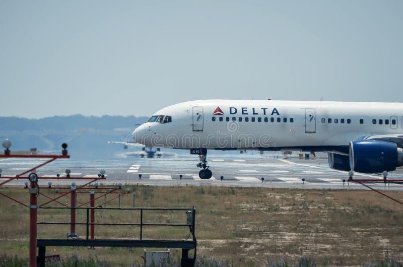 DC: Un avión de pasajeros de Delta Airlines espera para sacar en Reagan International Airport, según lo considerado imagen de archivo libre de regalías