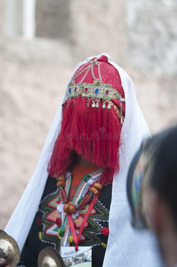 Dcheira Inezgane/Marocko - 1 september 2019: Oidentifierade förklädda personer vid BILMAWN-karnivalen BILMAWN Carnival är royaltyfri bild